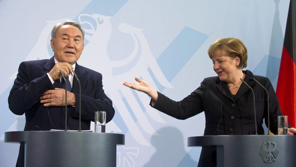 Staatspräsident Nasarbajew, Kanzlerin Merkel: Praxistest für neue Prinzipien