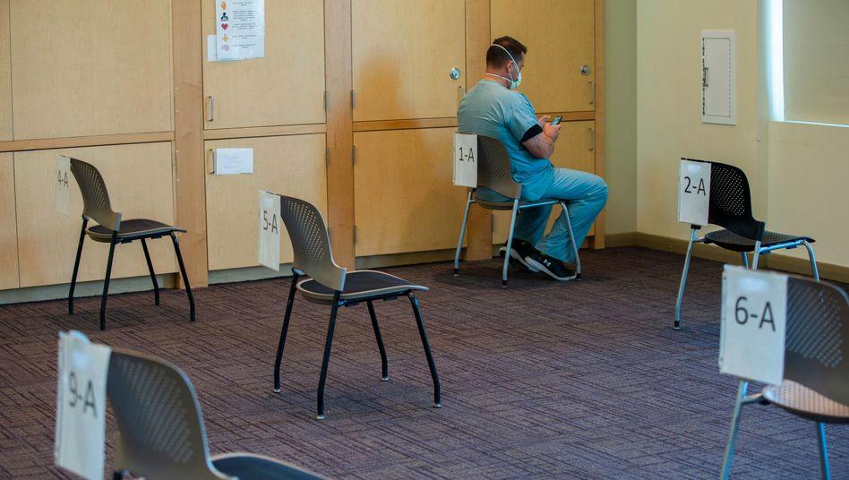 Ein Krankenpfleger in den USA nach seiner Corona-Impfung