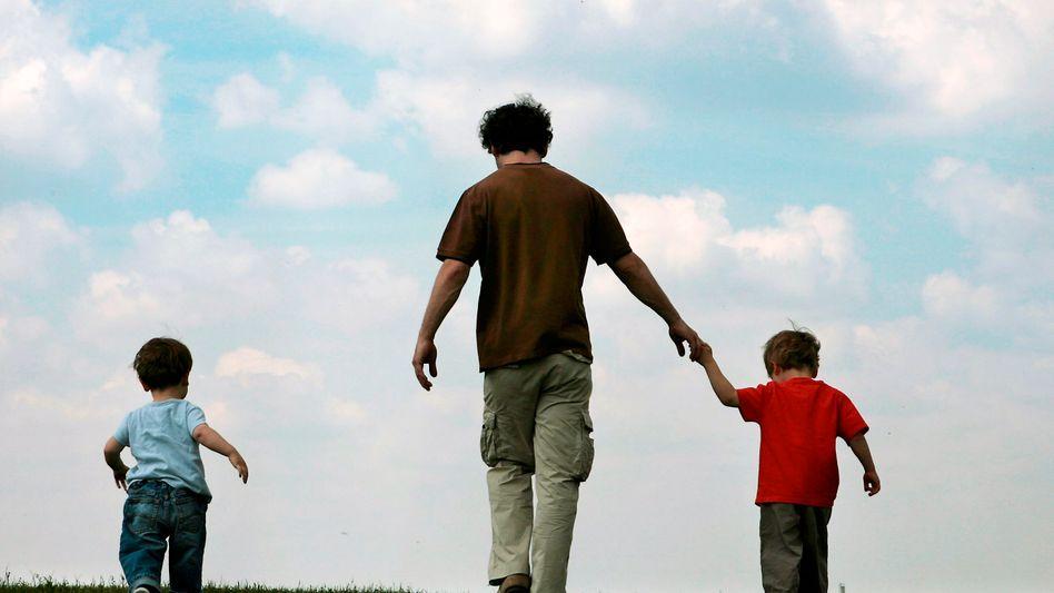 Vater mit Kindern: Traditionelle Rollenverteilung aufbrechen