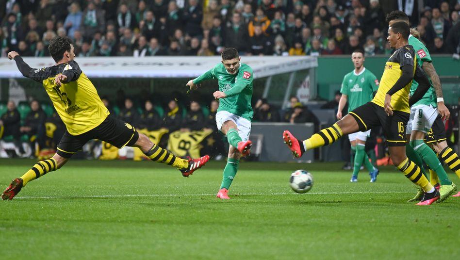 Milot Rashica (Mitte) traf bei Werders 3:2 gegen Dortmund im DFB-Pokal einmal, ein weiteres Tor bereitete er vor