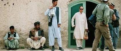 K. (4.v.l.) vor afghanischer Werkstatt der Grünhelme: Rätselhaftes Motiv