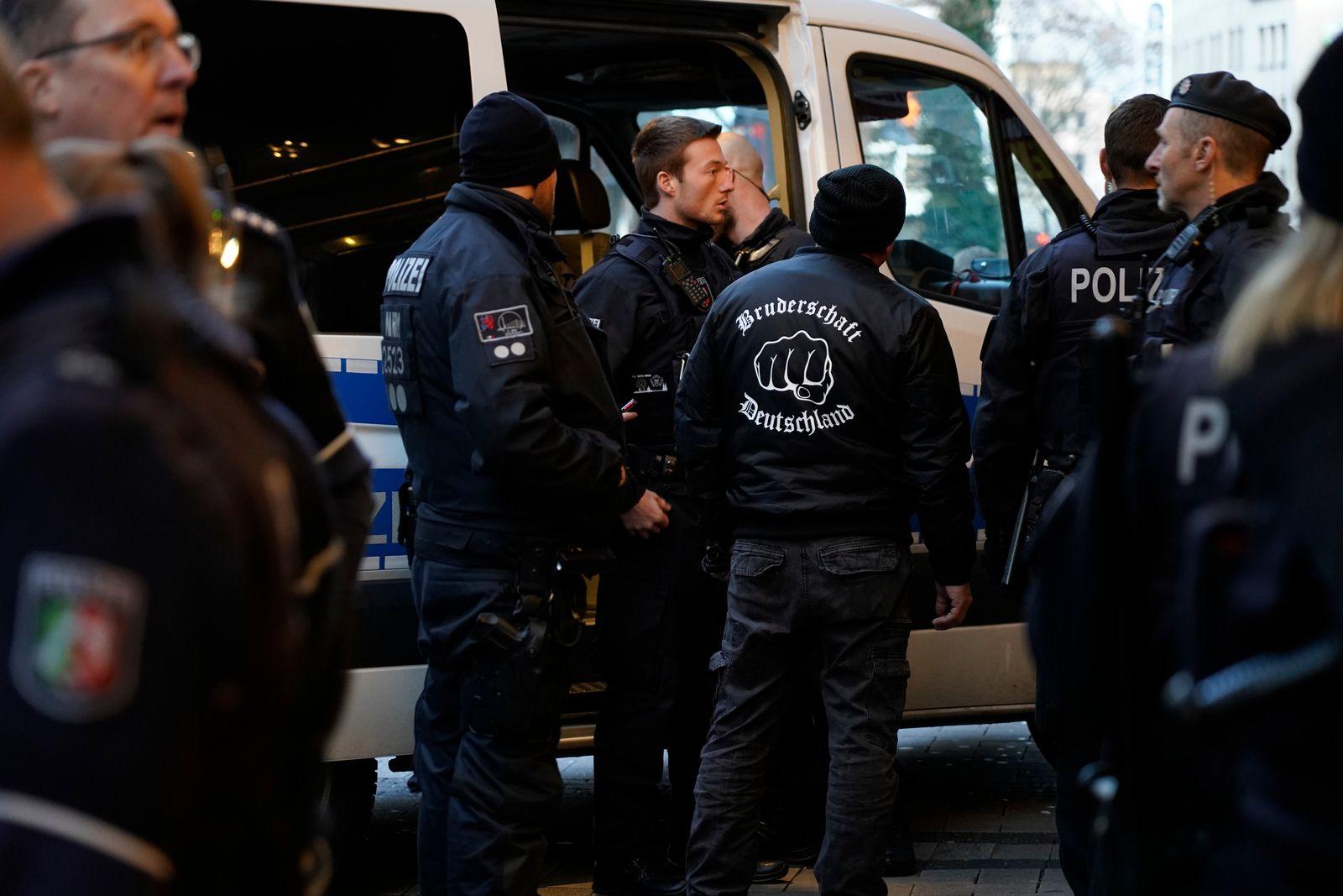 EINMALIGE VERWENDUNG Rechtsextreme bei Demo vor WDR-Gebude in Kln