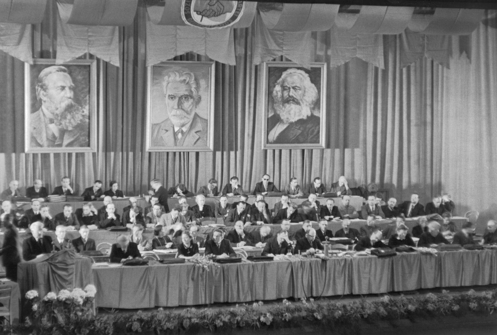 Vereinigungsparteitag von KPD und SPD zur SED im Berliner Admiralspalast am 21./22. April 1946.