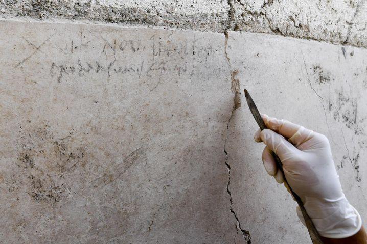 Kohle-Inschrift an der Ausgrabungsstätte Pompeji