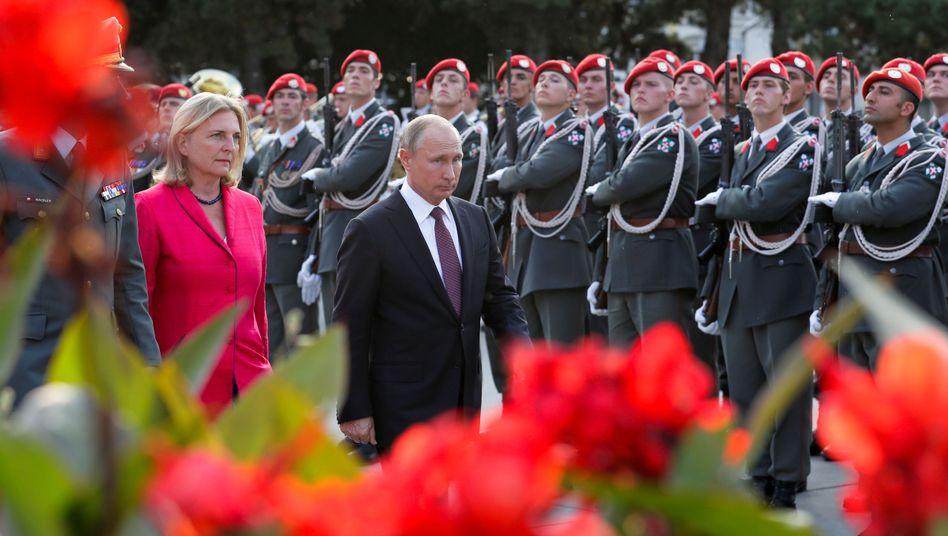 Karin Kneissl und Wladimir Putin bei einer Kranzniederlegung in Wien (Archivaufnahme)