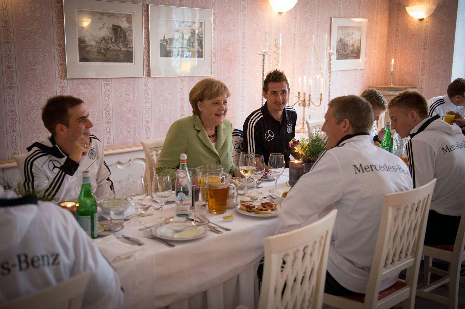 NICHT VERWENDEN Merkel / Besuch Nationalmannschaft