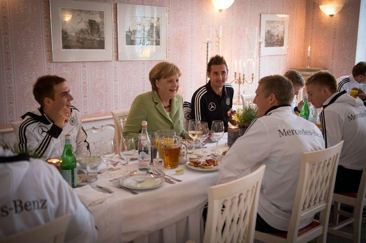 Besuch in Danzig: Warum freuen sich die Nationalspieler eigentlich so über Merkels Visiten?