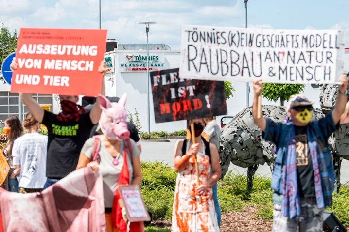 Protest vor dem Betriebsgelände Tönnies
