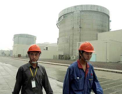 Chinesische Arbeiter vor Atomkraftwerk: Marode Kohlekraftwerke sorgen noch für 70 Prozent der Energie