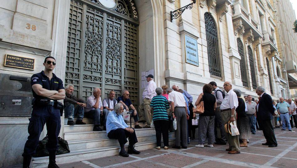 Schlange vor der National Bank of Greece (im Juli 2015): Alles auf den Steuerzahler