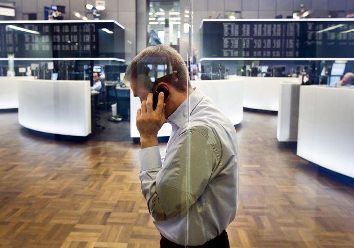 Ein Händler telefoniert an der Frankfurter Börse