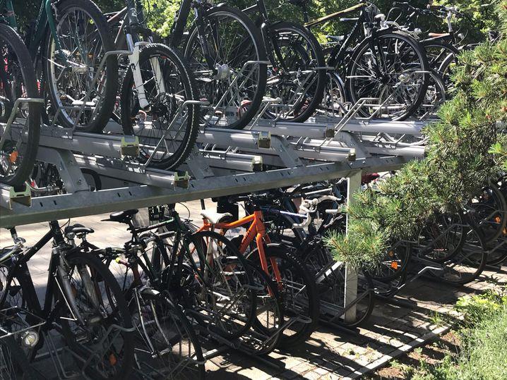 Für die meisten Fahrradständer ist das Rad nicht geeignet - die Reifen sind zu breit