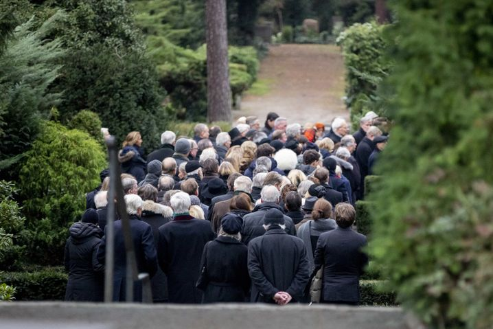 Trauergäste während der Beisetzung auf dem Waldfriedhof in Berlin-Dahlem.