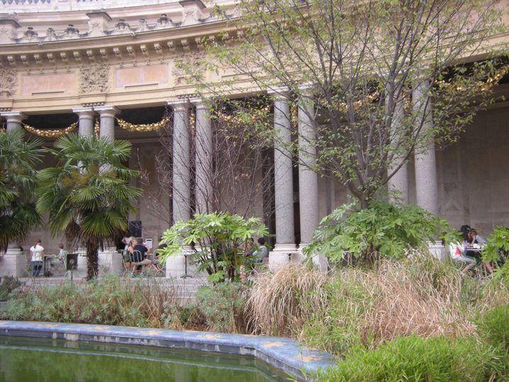 Petit Palais: Croque zwischen Säulen