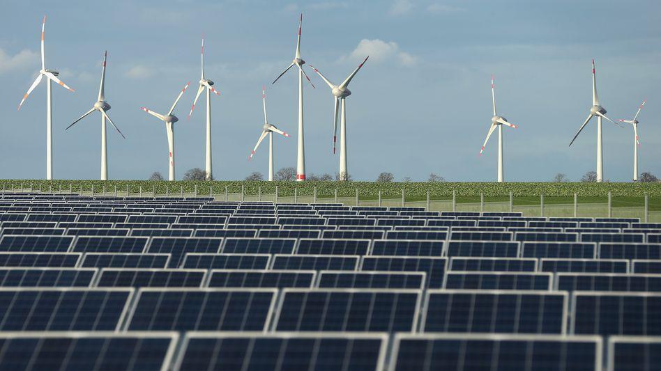 Solarpark vor Windrädern (Archivbild)