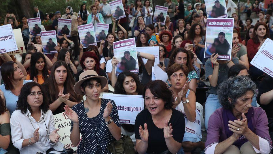 """Protest in Ankara: Frauen halten das Bild der getöteten Emine B. hoch - """"Wir bleiben nicht still"""" steht darüber"""