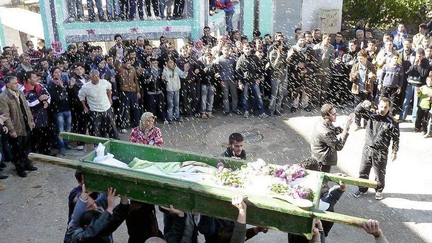 Beerdigung eines getöteten Zivilisten bei Homs, Demonstranten