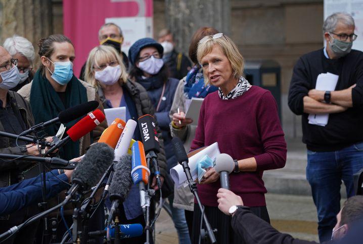 Pressekonferenz vor dem Neuen Museum mit Christina Haak, Vizegeneraldirektorin der Staatlichen Museen zu Berlin: Aus ermittlungstechnischen Gründen die Öffentlichkeit nicht informiert