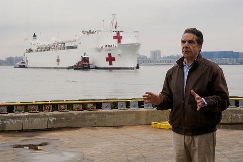 """Gouverneur Andrew Cuomo vor der """"USNS Comfort"""": 1000 Krankenbetten und zwölf Operationssäle"""