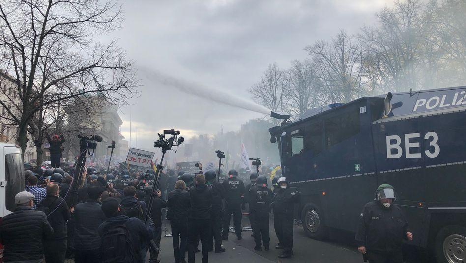 Ein Wasserwerfer der Polizei im Einsatz in Berlin
