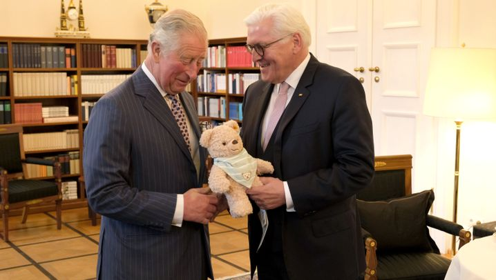 Charles und Camilla in Berlin: Ein Teddy für Enkel Nummer 4