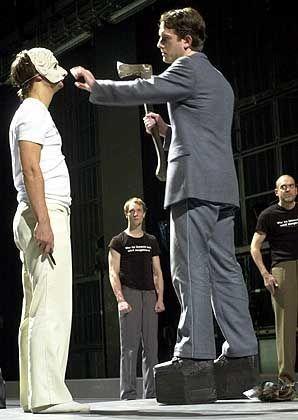 """Stemann-Inszenierung """"Orestie von Aischylos"""" (mit Philipp Hochmair, l., Matthias Neukirch, 2001 am niedersächsischen Staatstheater): Wie geht Jungsein ohne Rebellion?"""