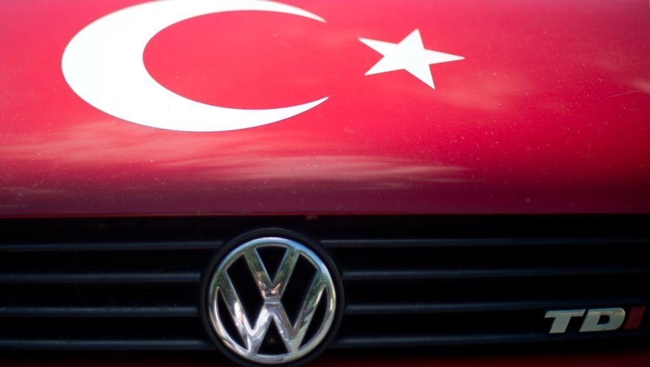 """VW-Fahrzeug mit dem Symbol der Türkei: """"Der Aufbau zusätzlicher Kapazitäten ist daher aus heutiger Sicht nicht notwendig"""""""