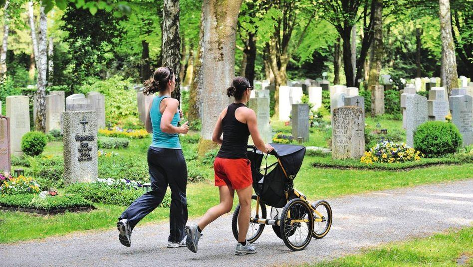 Joggerinnen auf Münchner Waldfriedhof: Verschwitzt durch Gräberreihen