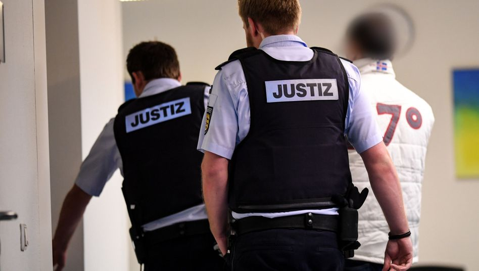 Christian L. (rechts) mit Justizbeamten