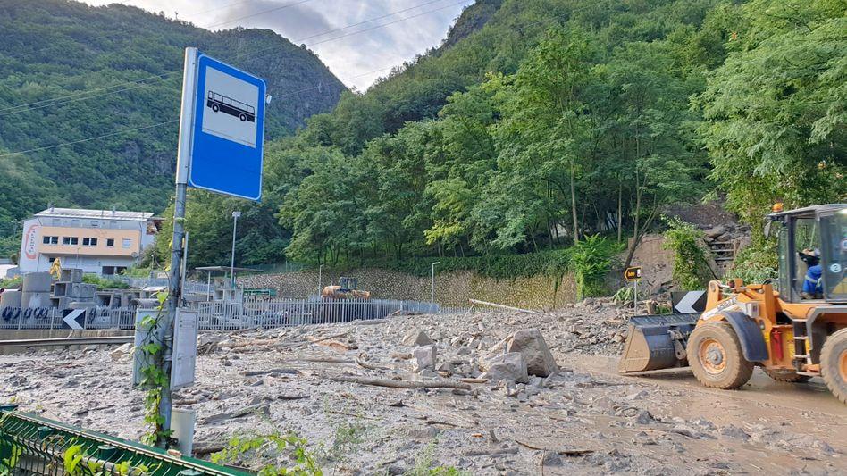 Südtirol: Nach einem Murenabgang ist eine Straße mit Schlamm und Geröll bedeckt