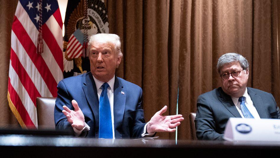 US-Präsident Donald Trump mit seinem Justizminister William Barr (Archivbild)