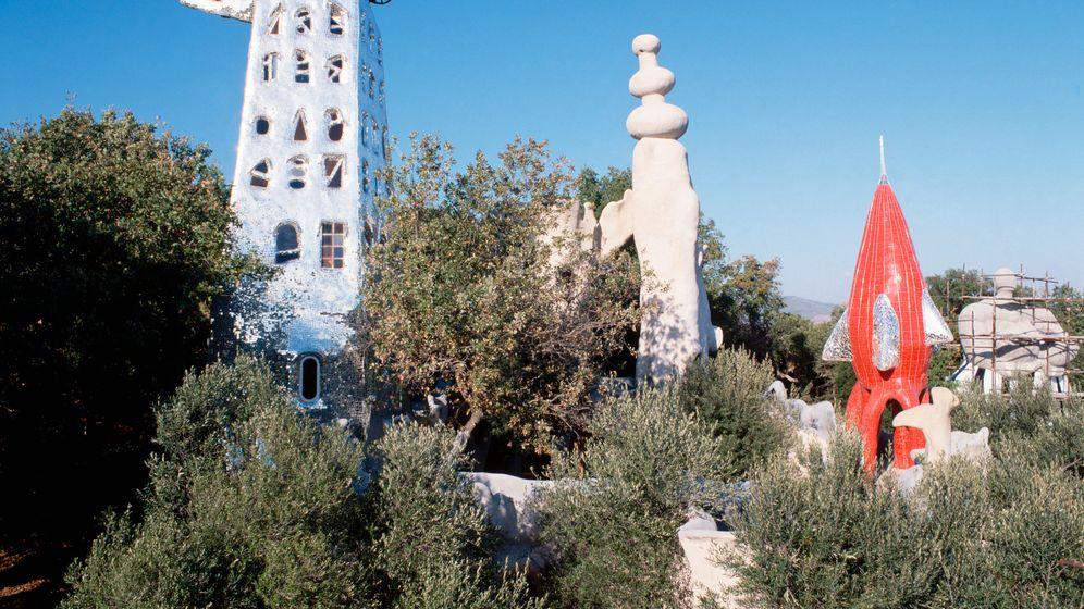 Kunstparks der Toskana: Quietschbunte Nanas und tiefblaue Brücken