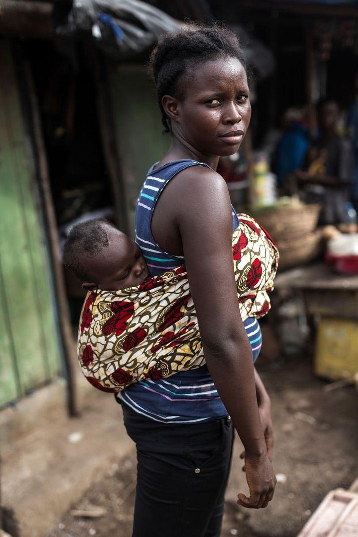 Favour aus Freetown, wurde während der Ebola-Epidemie 2014 mit 16 schwanger. Gemeinsam mit ihrem Sohn Gabriel besucht sie ein Gruppentreffen für junge Mütter, das Teenager-Eltern in der Hauptstadt unterstützt (Archiv)