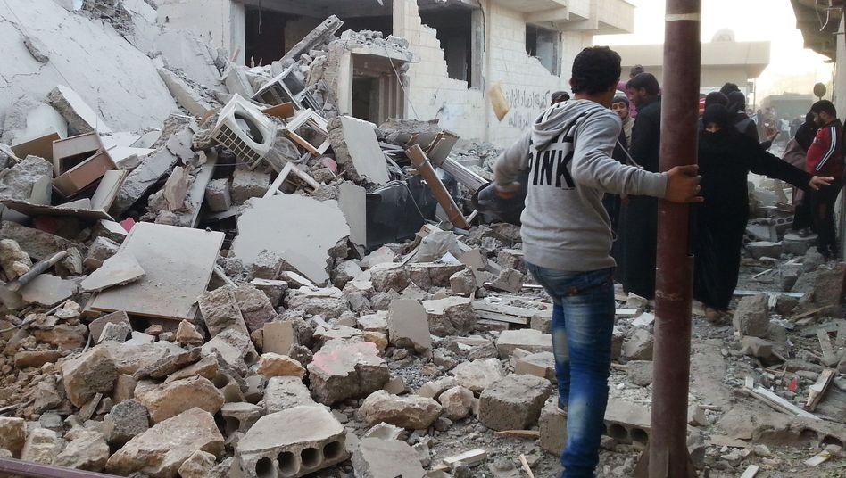 Zerstörtes Gebäude in Rakka (11. November): Berichte über tote Zivilisten
