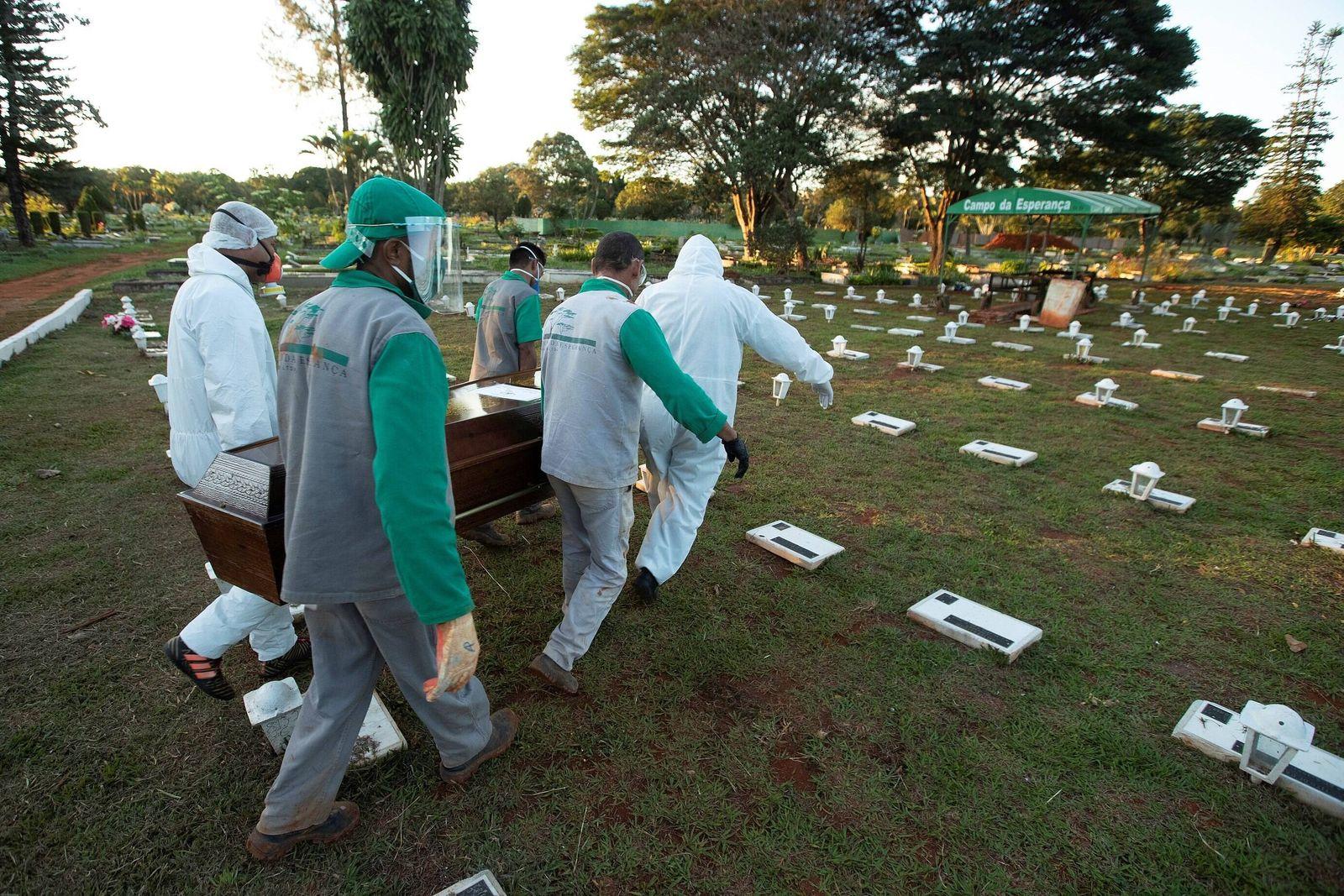 Campo de Esperanza cemetery workers bury a covid-19 victim, in Brasilia, Brazil, 21 May 2020. Brazil has already registe