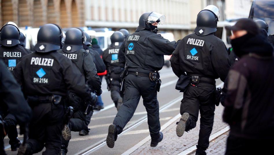 Polizisten mussten immer wieder Demonstranten beider Lager trennen