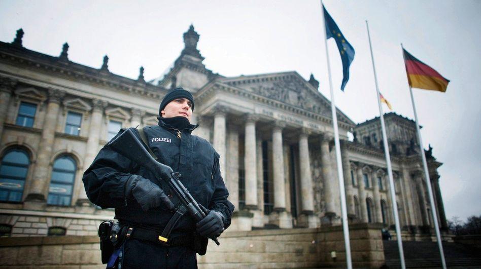 Bewaffneter Polizist vor dem Reichstag in Berlin