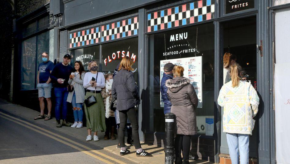 Schlange vor einem britischen Restaurant im Februar 2021: Sobald die Gastronomie mehr als nur To-go anbietet, müssen QR-Codes ausgehängt werden