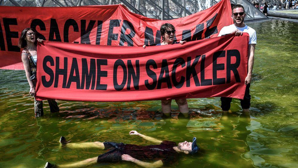 Schmerzmittelgegner: Protest vor dem Louvre