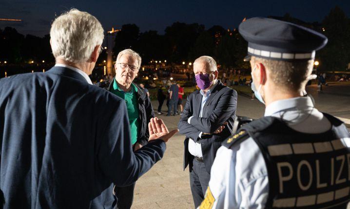 Der Stuttgarter Polizeipräsident Frantz Lutz (hinten links) im Gespräch mit dem Bürgermeister von Stuttgart Martin Schairer und dem Oberbürgermeister Fritz Kuhn.