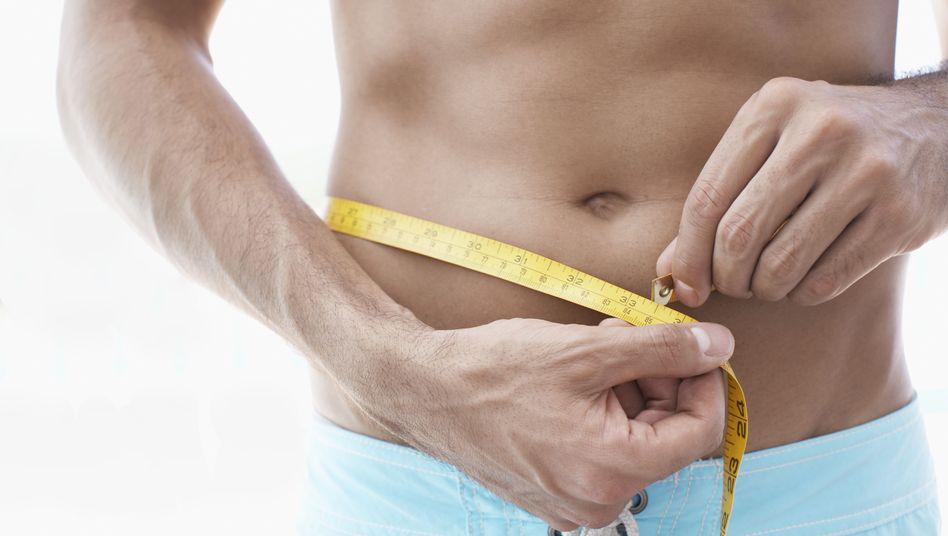 Schlanke Taille: Mit Low-Carb lässt sich der Körperfettanteil reduzieren
