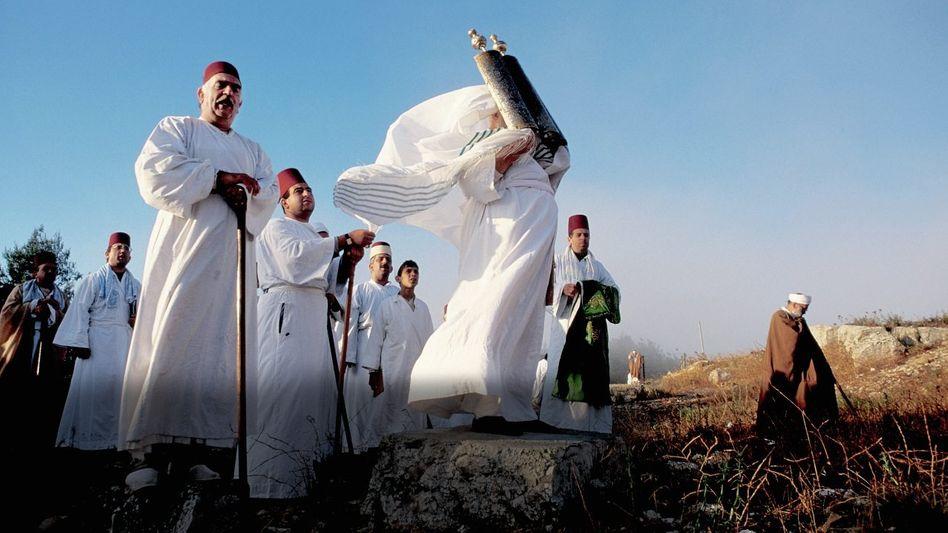 Samaritaner bei einer Zeremonie mit Tora-Rolle