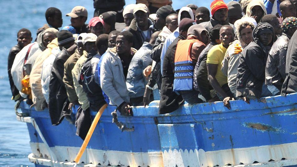 Flüchtlingsboot vor Italien: Schärfere Kontrollen der europäischen Grenzen gefordert