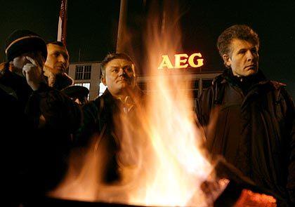 Streikende vor demAEG-Hausgerätewerk in Nürnberg: Stråberg gibt IG-Metall die Schuld