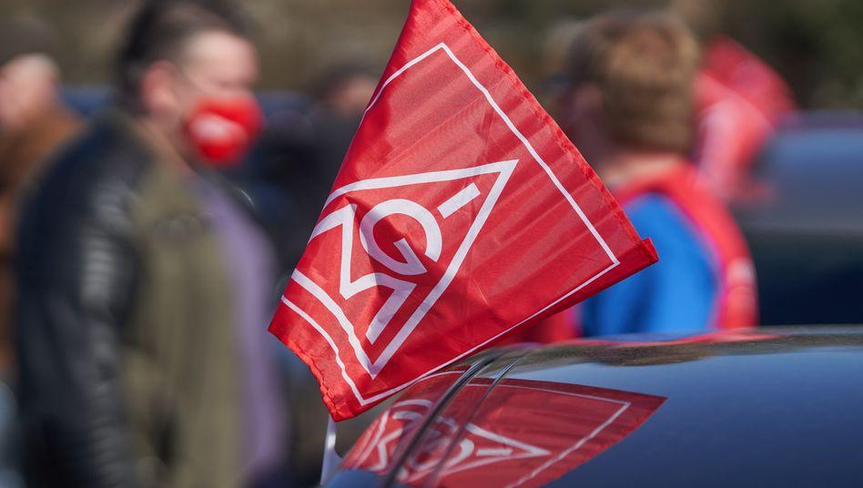 IG Metall-Fahne an Auto: Tausende Teilnehmer bei Protesttag