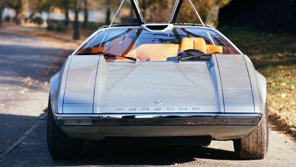 Eine glatte Fronthaube, ein schmaler Lufteinlass in der Frontscheibe und majestätische Flügeltüren – der Porsche Tapiro sieht nach exzentrischem Supersportwagen aus