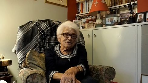 Joy Hunter, geborene Milward, in ihrer Wohnung in Guildford