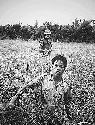 US-Soldat mit gefangenem Vietcong: Die Grenze zwischen Zivilisten und feindlichen Kämpfern war verschwommen
