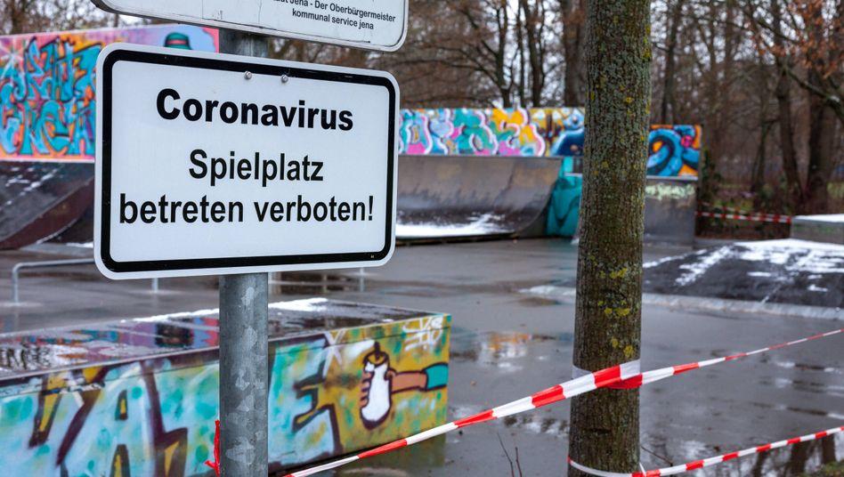Hinweisschild in Jena: In der thüringischen Großstadt sind sogar die Spielplätze gesperrt