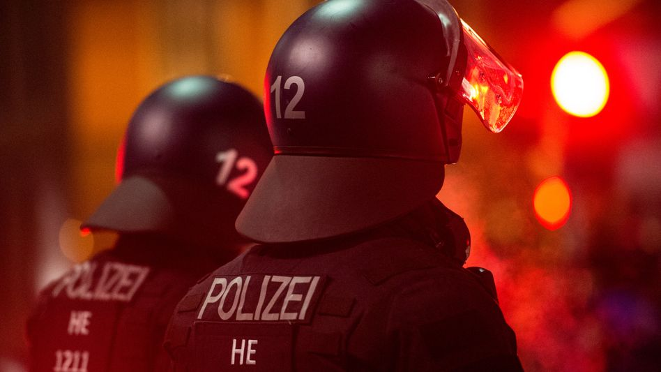 Polizisten bei einer Demonstration in Frankfurt (Foto von 2016)